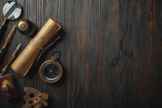 À moda antiga plana leigos com letras escrevendo acessórios na mesa de madeira escura Foto gratuita