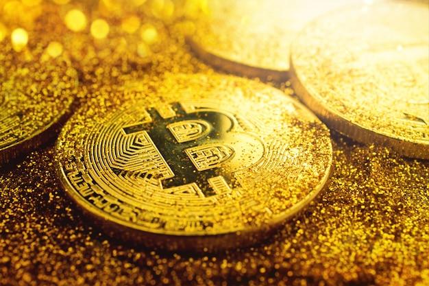 A moeda dourada do bitcoin com brilho ilumina o conceito cripto do fundo da moeda do grunge. Foto Premium