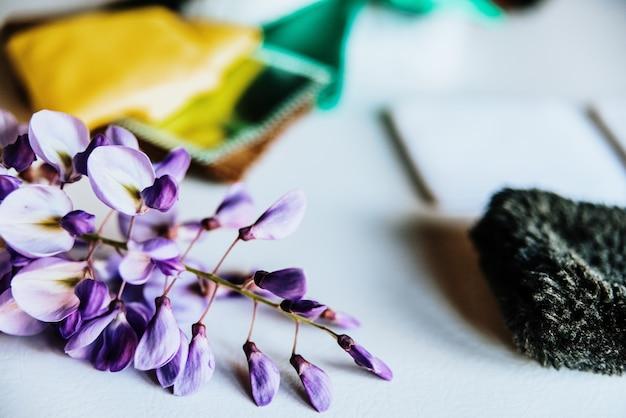 A mola azul e lilás bonita floresce em uma tabela branca com telas. Foto Premium