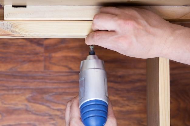 A montagem de móveis de madeira Foto Premium