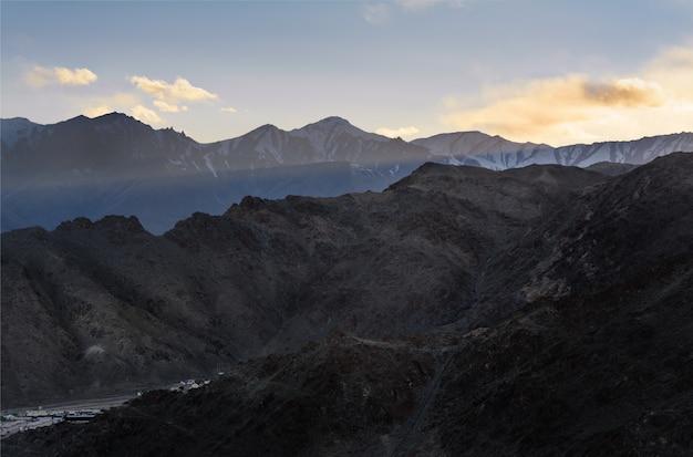 A montanha himaraya com céu azul Foto Premium