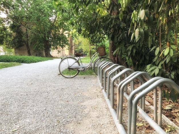 A moto está estacionada em um parque no quintal de uma casa de campo Foto Premium