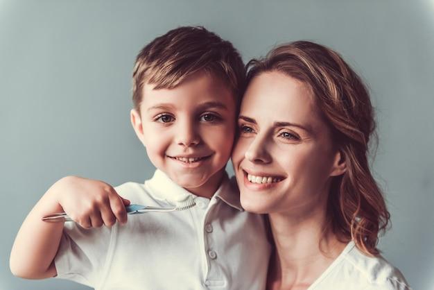 A mulher bonita e seu filho pequeno bonito estão abraçando. Foto Premium