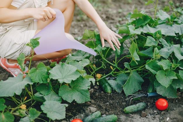 A mulher bonita trabalha em um jardim Foto gratuita
