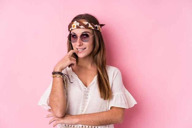 A mulher caucasiano do moderno novo isolou o pensamento relaxado sobre algo que olha um espaço da cópia. Foto Premium