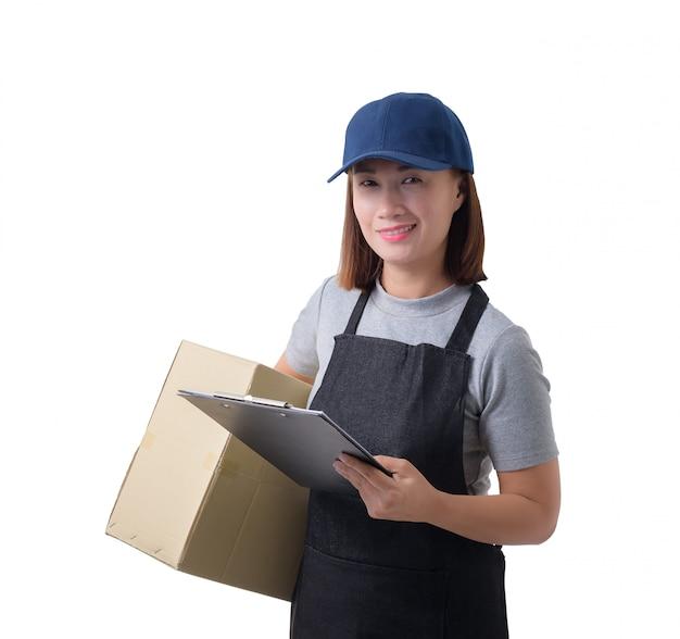 A mulher da entrega na camisa e no avental cinzentos com a pilha de caixas está levando o pacote e está apresentando a recepção do formulário isolado Foto Premium