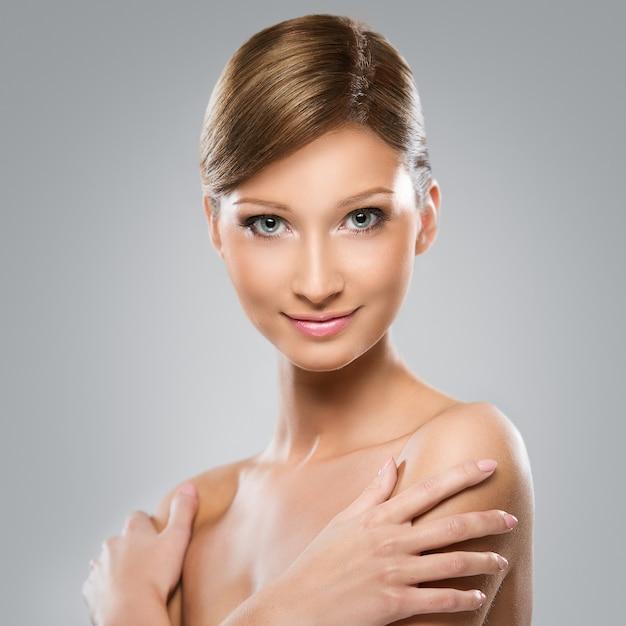 A mulher de aparência natural está feliz com sua beleza Foto gratuita