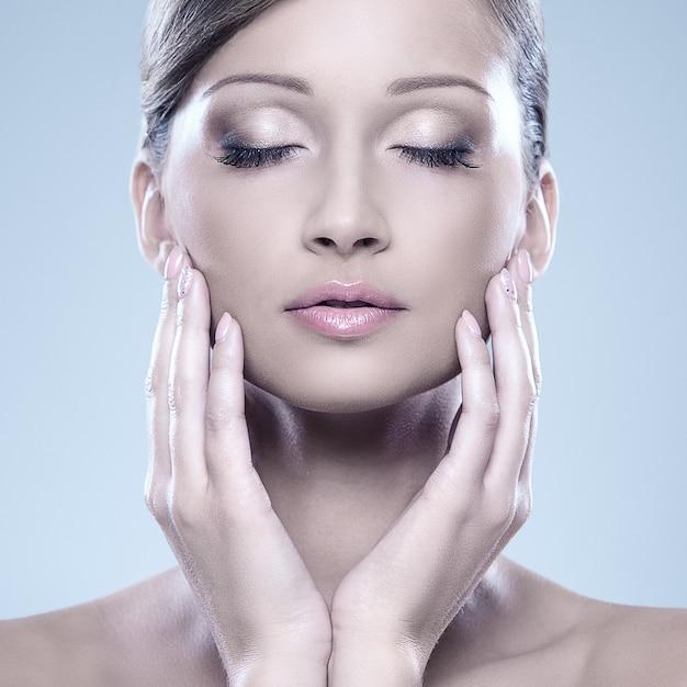 A mulher de vista natural aprecia sua beleza Foto gratuita