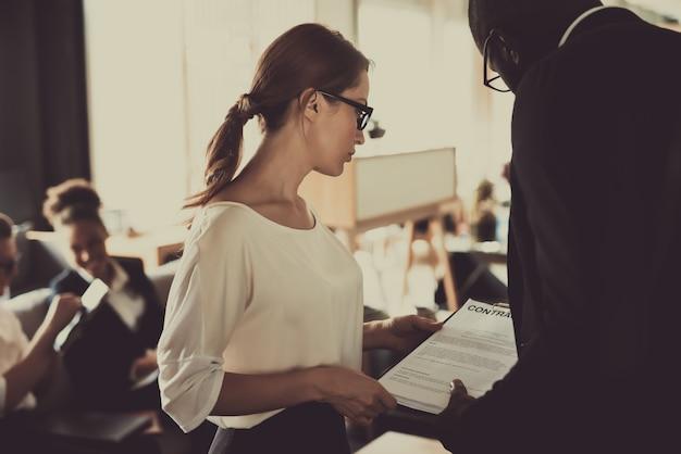 A mulher discute condições do contrato com o colega no escritório. Foto Premium
