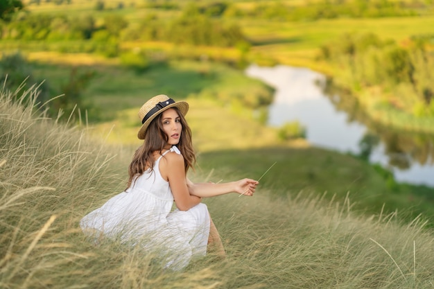 A mulher entre as ervas. prado. panorama Foto Premium