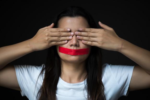 A mulher envolvia sua montaria, a liberdade de expressão do conceito, o dia do direito humano. Foto Premium