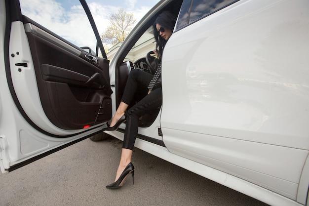 A mulher está saindo do carro Foto Premium