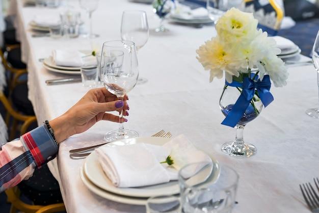 A mulher está segurando um copo na mão Foto Premium