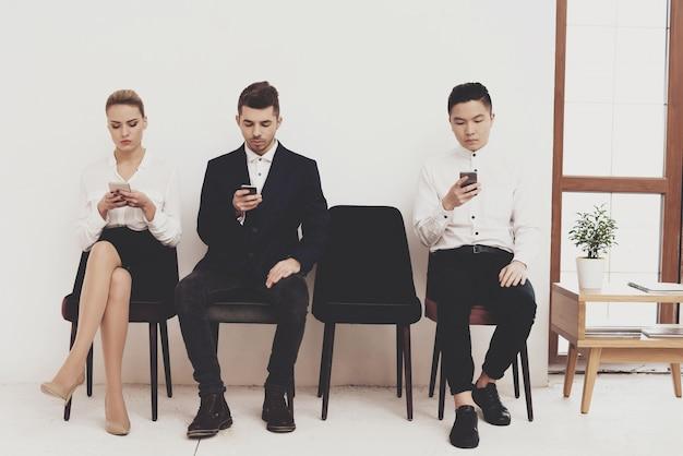 A mulher está sentando-se com colegas de trabalho dos homens. Foto Premium