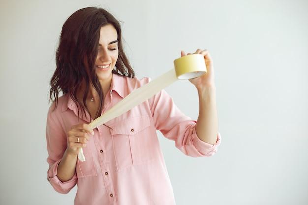 A mulher jovem e bonita repara o quarto Foto gratuita