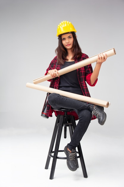 A, mulher jovem, engenheiro, com, amarela, capacete segurança Foto Premium