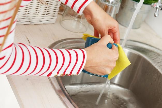 A mulher lava a xícara de chá Foto gratuita