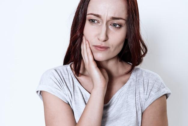 A mulher tem uma dor de dente. Foto Premium