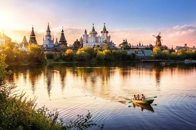 A noite no izmailovsky kremlin em moscou e na lagoa está um barco à vela Foto Premium