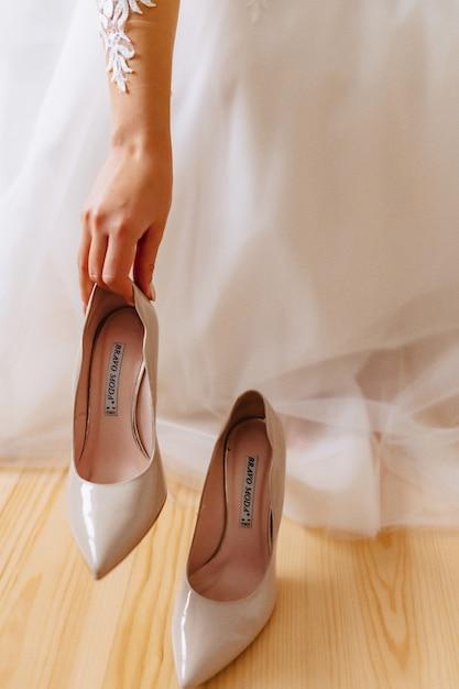 A noiva usa sapatos em uma manhã de casamento Foto Premium