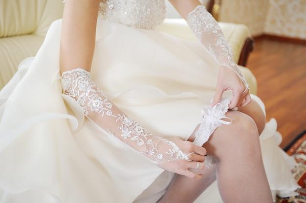 A noiva usa uma liga de casamento na perna Foto Premium