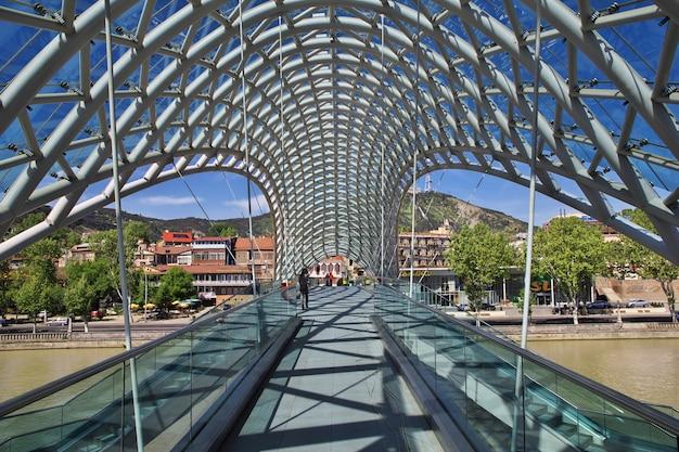 A nova ponte na cidade de tbilisi, na geórgia Foto Premium