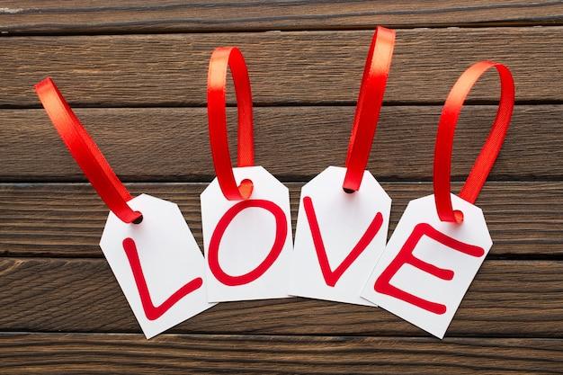 A palavra de amor é escrita com as marcas brancas no fundo de madeira. Foto Premium