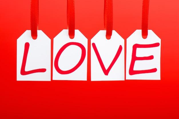 A palavra de amor é escrita nas marcas brancas sobre fundo vermelho. Foto Premium