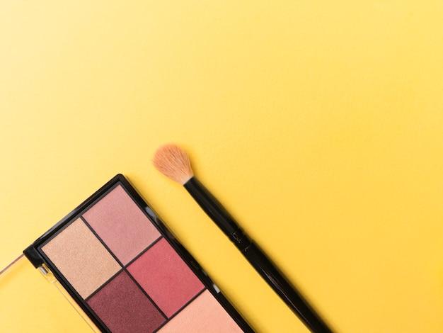 A paleta e a escova no tema amarelo compõem o quadro para a promoção. Foto Premium