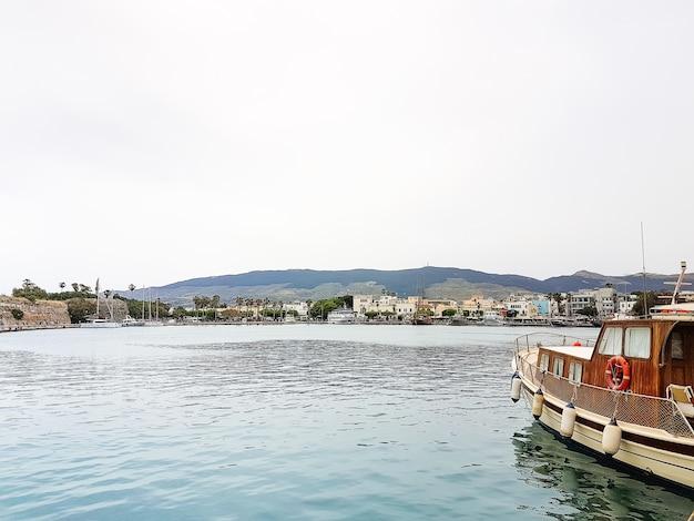 A, panorâmico, porto, com, tradicional, barcos pesca, em, a, vila, kos, grécia Foto Premium