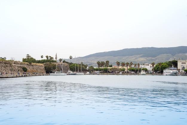 A, panorâmico, porto, com, tradicional, vistas, de, cidade, coqueiros, e, barcos, em, a, vila, kos, grécia Foto Premium