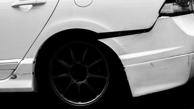 A parte traseira do carro branco é danificada por acidente. Foto Premium