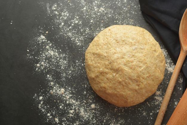 A pastelaria dought o processo de cozimento para o pão de cozimento, a pizza italiana, a massa ou a outra pastelaria. lay plana. Foto Premium