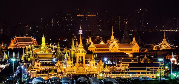 A pira funerária real do rei bhumibol adulyadej em sanam luang bangkok, tailândia Foto Premium