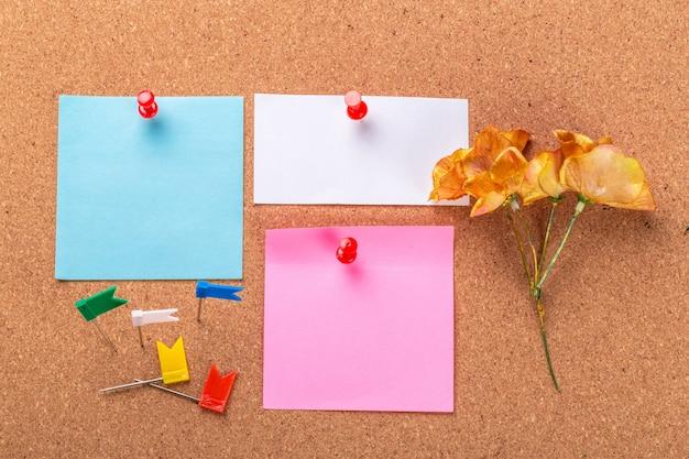 A placa de cortiça com notas em branco Foto Premium