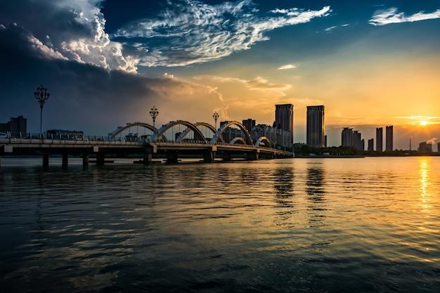 A ponte com a cidade Foto gratuita