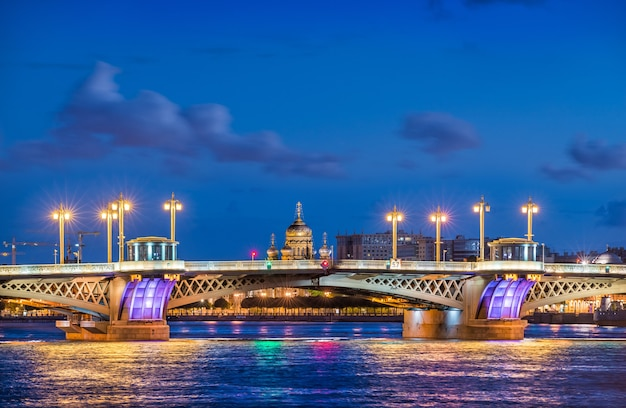A ponte da anunciação em são petersburgo e a catedral da assunção nas margens do neva em uma noite azul de verão Foto Premium