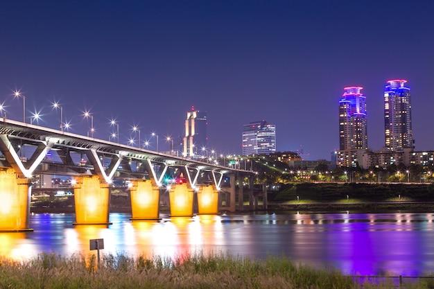 A ponte de cheongdam ou cheongdamdaegyo é o rio han à noite em seul, coréia do sul. Foto Premium
