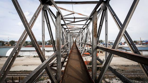 A ponte metálica de suas estruturas no contexto de um canteiro de obras Foto Premium