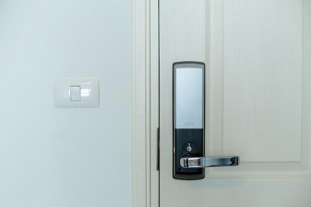 A porta elétrica com porta branca Foto Premium