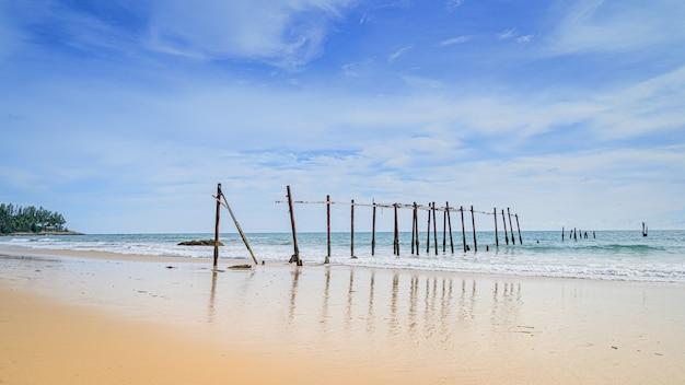 A praia na tailândia com dia ensolarado e céu azul Foto Premium