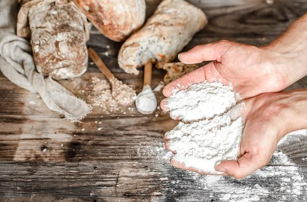 A preparação de pão Foto gratuita