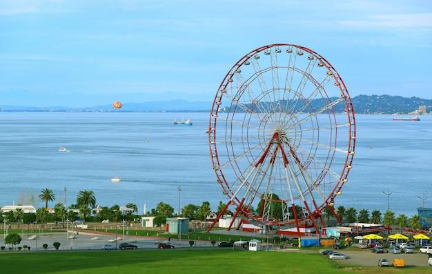 A roda gigante de 80 metros de altura no batumi boulevard, no mar negro da costa da geórgia, na geórgia Foto Premium
