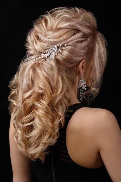 A senhora encantadora tem um penteado bonito Foto gratuita