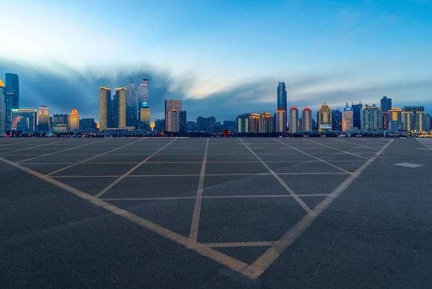 A, skyline, de, a, urbano, skyline, de, qingdao, via expressa Foto Premium