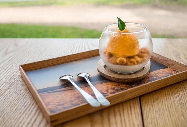 A sobremesa de laranja na mesa de madeira Foto Premium