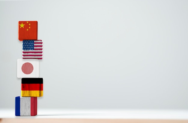 A tela de impressão da bandeira no cúbico de madeira do top 5 dos maiores países econômicos incluem china eua japão alemanha e frança. Foto Premium