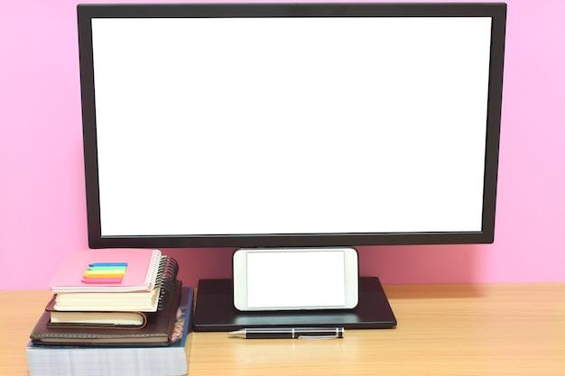 A tela vazia e os livros do portátil são colocados na mesa e têm o espaço da cópia. Foto Premium