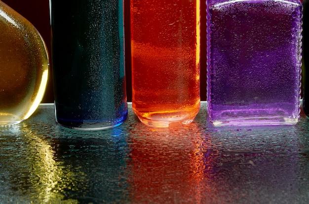 A textura das bebidas alcoólicas pelo copo em um spray de água Foto Premium