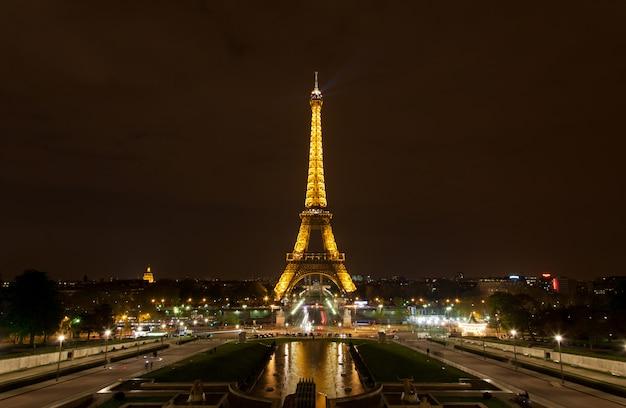A torre eiffel à noite Foto Premium